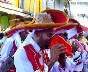 Llambi Muschelbläser beim Karnevalsumzug auf Guadeloupe