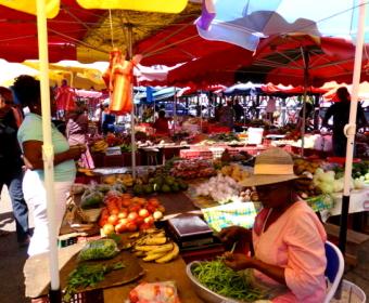Farbenfroher Markt in Pointe á Pitre