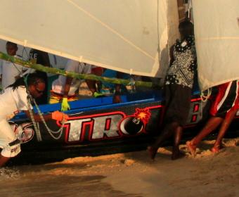 Nach dem Zieldurchgang wird das Boot aufgeriggt auf den Strand geschoben