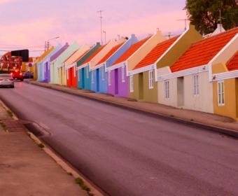 Willemstad, Häuserzeile auf dem Weg zur Marina