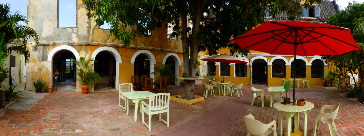 Landhaus Habaai, Galerie mit Bildern von Künstlern aus Curacao (das erste Stockwerk fehlt komplett, es steht nur noch ein Teil der Außenfassade)