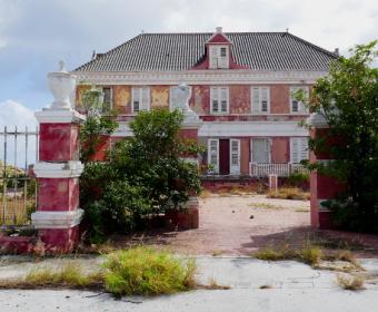 Dem Verfall preisgegeben. Wunderschönes Herrenhaus direkt an der Waterfront in Pietermai/Willemstad