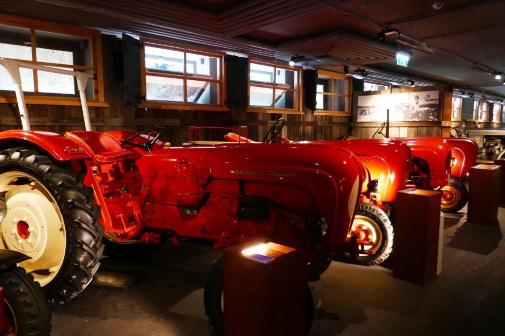 Hochglanz polierte Porsche Traktoren in Reih und Glied